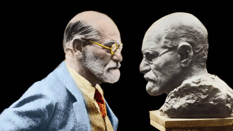 Sigmund Freud steht seiner Büste gegenüber (Foto: Imago, Leemage)