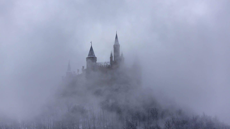 Burg Hohenzollern im Nebel (Foto: Imago, imago images / Arnulf Hettrich)