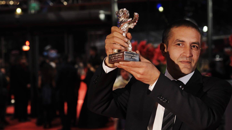 Schauspieler Naszi Mujic präsentiert stolz den Silbernen Bären (Foto: Imago, David Heerde)