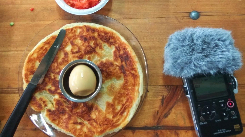 Tisch mit Mahlzeit und Aufnahmegerät (Foto: SWR, SWR - Noam Brusilovsky)