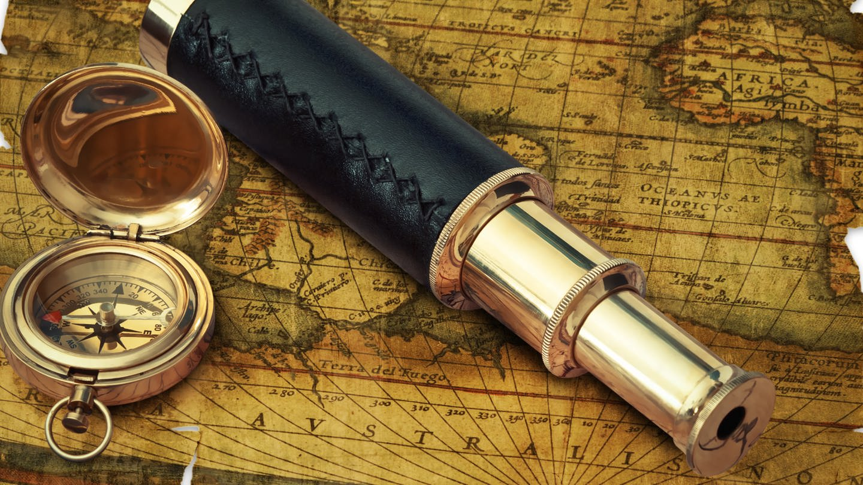eine alte Landkarte, Kompass und Fernrohr (Foto: Colourbox)