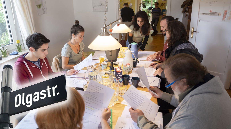 Karma, Küche, Bad. Doris Wolters (Ella), Simon Mazouri (Li), Nadine Kettler (Leonore), Sarah Sandeh (Ivy),'Robert Besta (Jason), Constanze Renner (Regieassistentin), Berth Wesselmann (Rolli) (Foto: SWR)