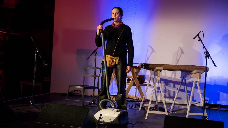 Frau mit Staubsauger auf der Bühne (Foto: SWR, E-Werk Freiburg - Marc Doradzillo)