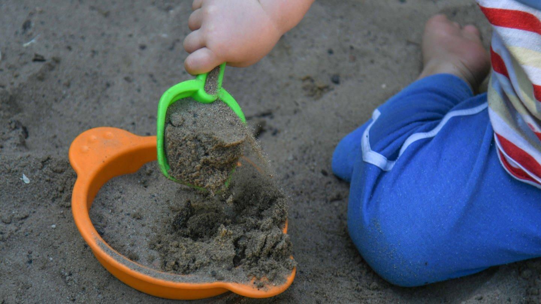 Kleiner Junge mit Schaufel im Sandkasten (Foto: Imago, Winfried Rothermel)