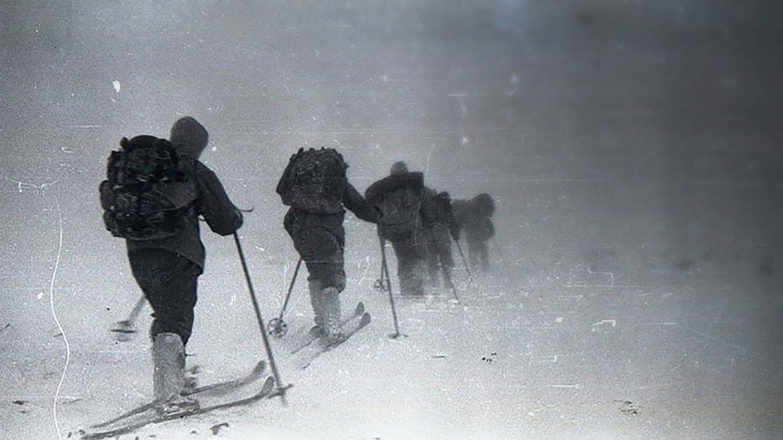 Eine Gruppe Skiwanderer in den 50er Jahren verschwindet im Schneegestöber (Foto: dyatlovpass.com/Georgiy Krivonischenko)