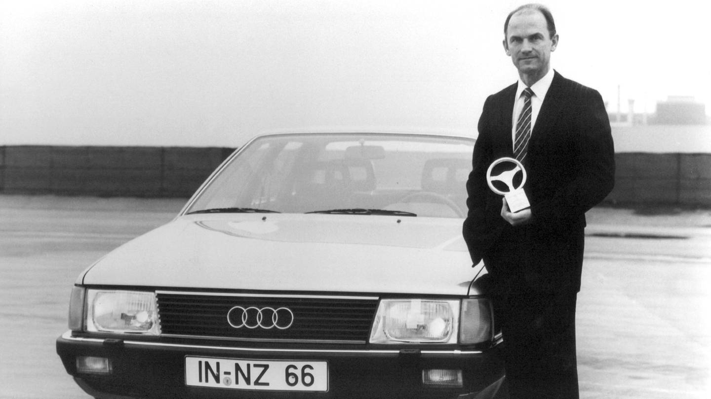 Audi-Vorstandsmitglied (Technische Entwicklung) Ferdinand Piëch Anfang der Achtzigerjahe mit einem Goldenen Lenkrad in der Hand neben einem Audi 100. (Foto: picture-alliance / Reportdienste, Audi Nsu Auto Union AG)