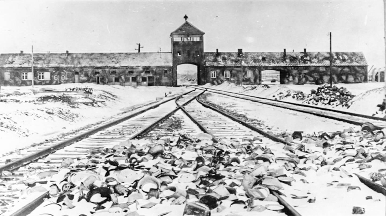 KZ Auschwitz, Einfahrt. Foto zum Hörspiel