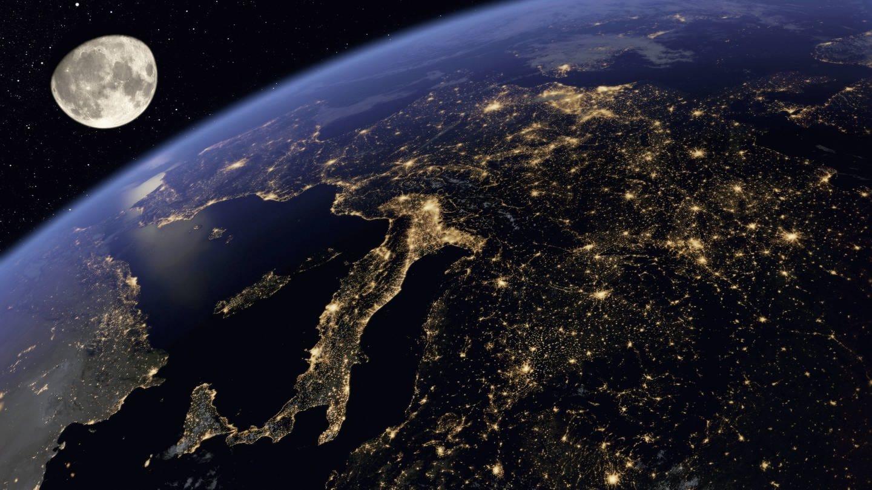 Digital manipuliertes Bild von Europa bei Nacht aus dem All (Foto: Imago, Ikon Images / Ian Cuming)