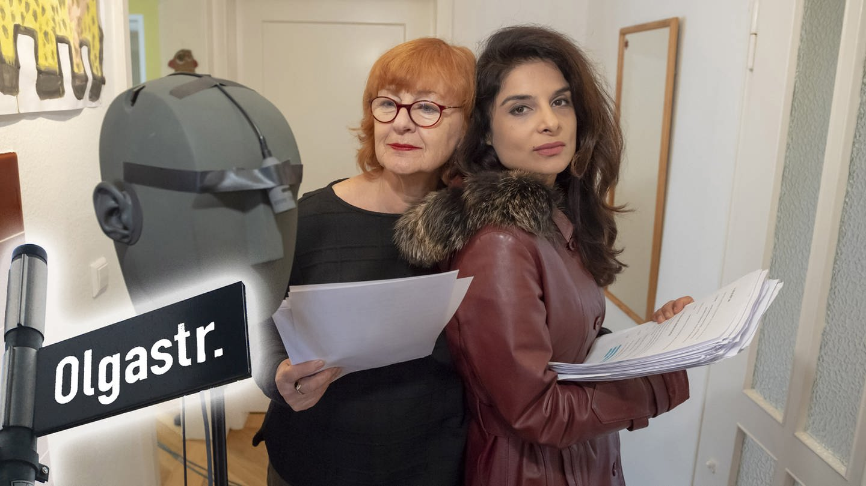 Karma, Küche, Bad.  Doris Wolters (Ella) und Sarah Sandeh (Ivy) (Foto: SWR)