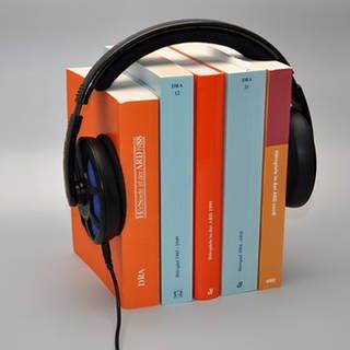 Jahrgangsbücher des Deutschen Rundfunkarchivs mit einem Kopfhörer (Foto: ard-foto s2-intern/extern)
