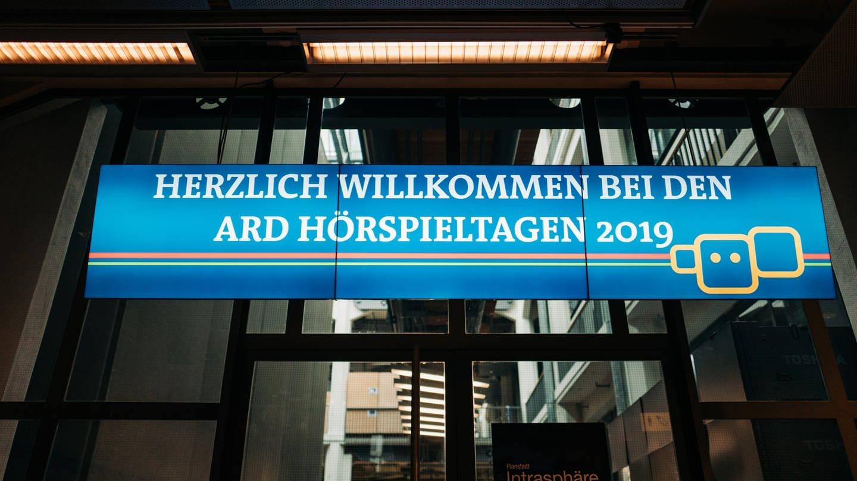 leuchtendes Banner: Willkommen bei den ARD Hörspieltagen (Foto: SWR, Nico Neithardt)