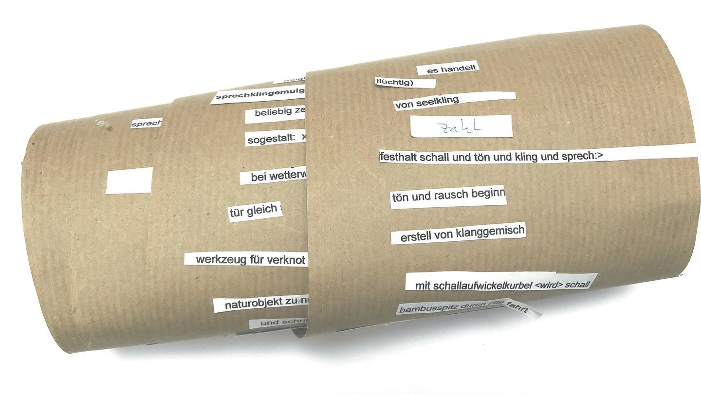 Eine Papierrolle mit ausgeschnittenen Satzfragmenten - die sogenannte Metamaschine (Foto: Ulrike Janssen und Marc Matter)