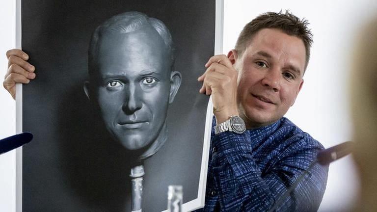 """Fotograf Andreas Mühe mit Ausstellungskatalog bei der Pressekonferenz zu seiner Ausstellung """"Mischpoche"""