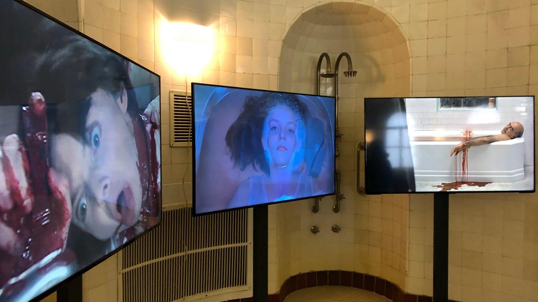 """Video-Arbeit """"we are all in this together"""" von Bianca Kennedy. """"Körper.Blicke.Macht. Eine Kulturgeschichte des Bades """", Ausstellung in der Kunsthalle Baden-Baden (Foto: SWR)"""