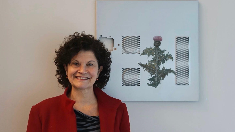 Maria Grazia Sacchitelli vor einer ihrer Arbeiten. (Foto: Pressestelle, (c) Maria Grazia Sacchitelli)