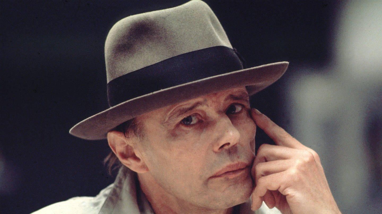 Joseph Beuys (1979) in einer nachdenklichen Pose (Foto: Imago, imago images/Sven Simon)