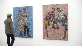 Emeka Udemba vor seinen Arbeiten in der Galerie für Gegenwartskunst im E-WERK Freiburg (Foto: SWR, SWR)