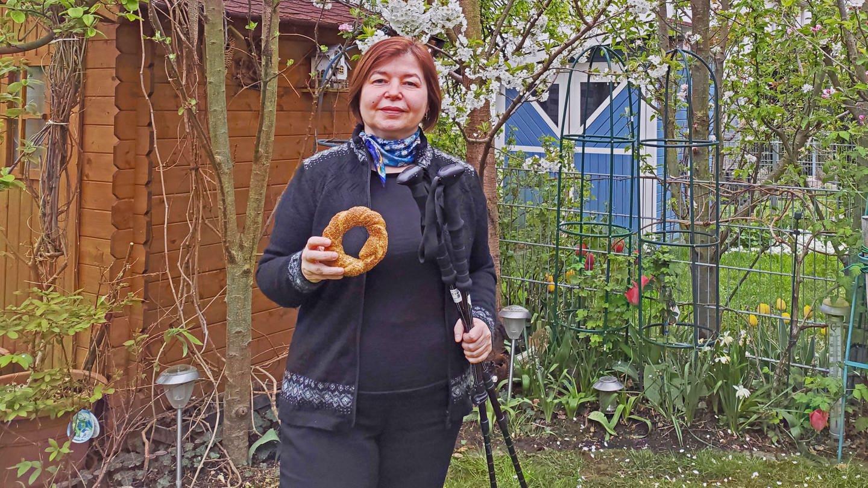 """Havva Engin mit einem Sesamkringel, ihrem """"Sehnsuchtsgebäck"""" aus der Türkei."""