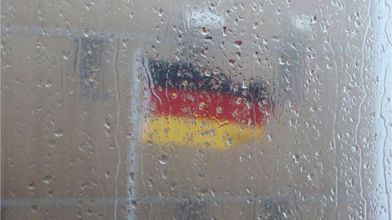 Eine Deutschlandfahne flatterte 2018 zum Tag der Deutschen Einheit auf dem regnerischen Brocken (Foto: picture-alliance / Reportdienste, picture alliance/Foto: Matthias Bein/dpa-Zentralbild/ZB)