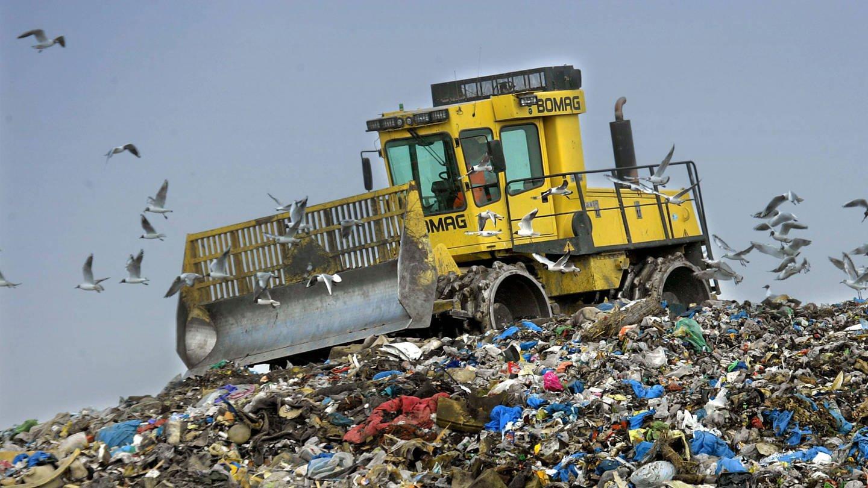 Ein Bagger auf einer Mülldeponie (Foto: Imago, imago/Rainer Weisflog)