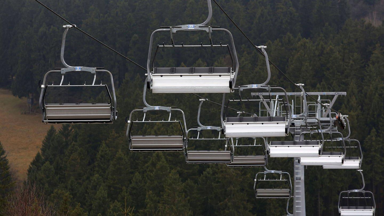 Ein Skilift steht still, weil die Skipisten geschlossen sind. (Foto: Imago, imago images / Rene Traut)