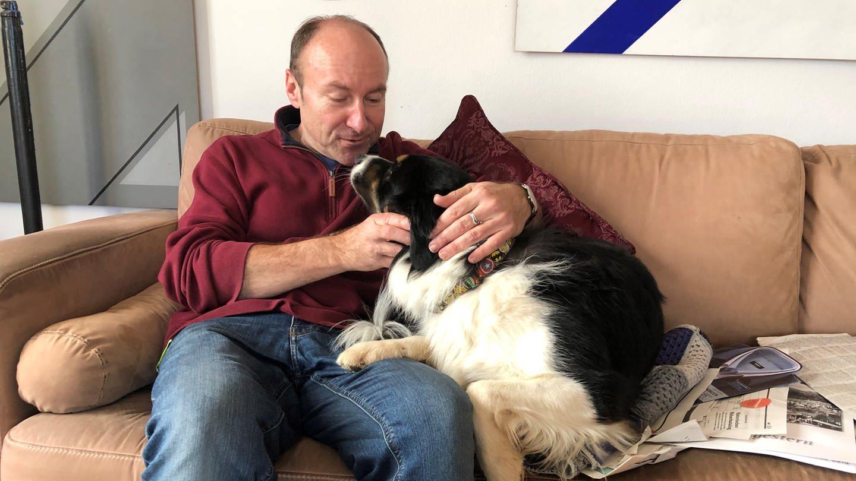 Marc Hirschfell mit Hund Knuddel (Foto: SWR, Verena Neuhausen)