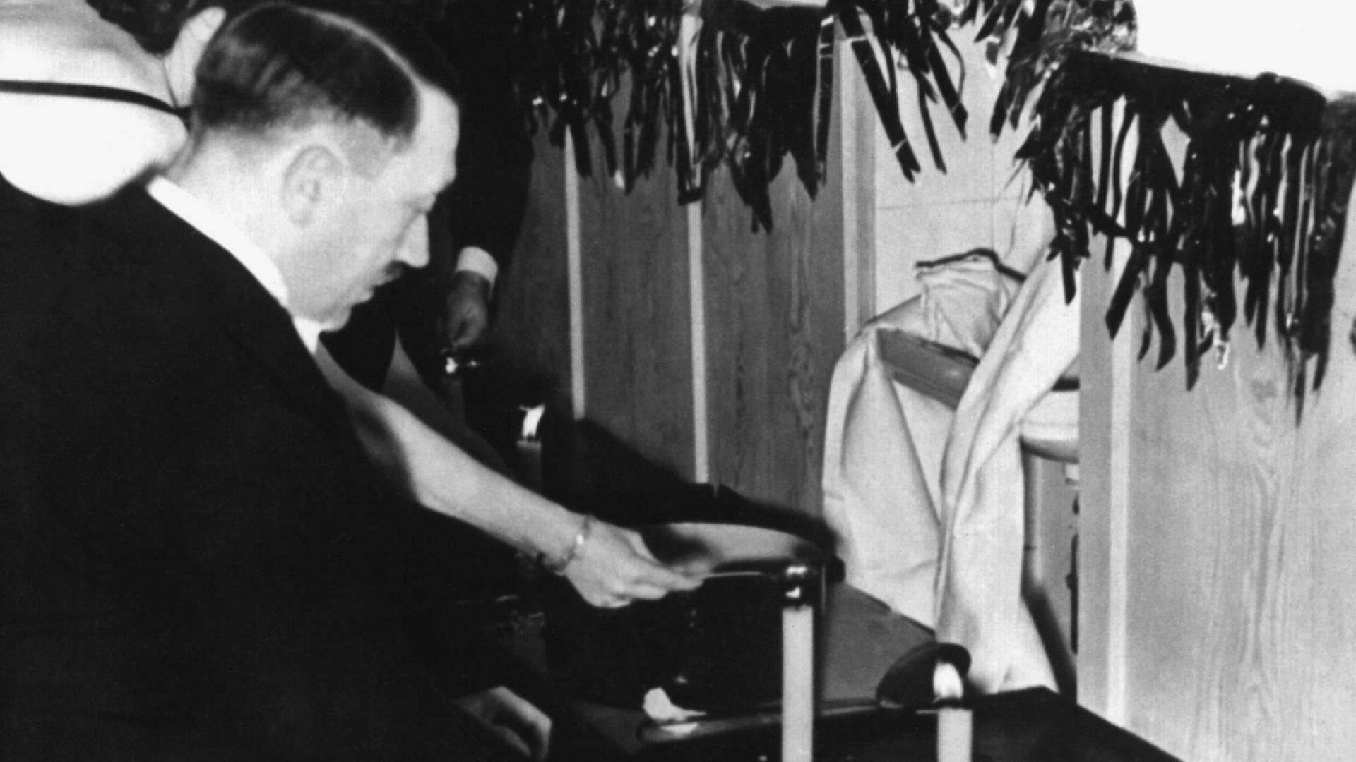 20 4 1940 Burger Schenken Hitler Kerzenhalter Zum Geburtstag