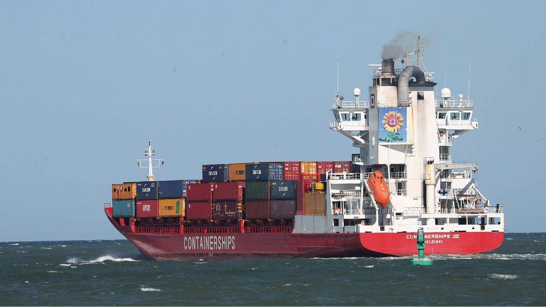 Ein Containerschiff verlässt den Hafen von Travemünde (Foto: Imago, imago images/Susanne Hübner)