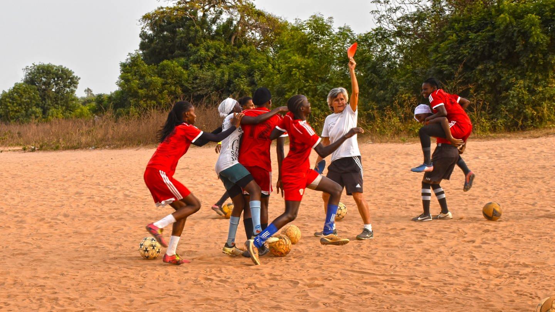 Monika Staab beim Training des Erstligateams von Abuko (Foto: Leo Schulte)