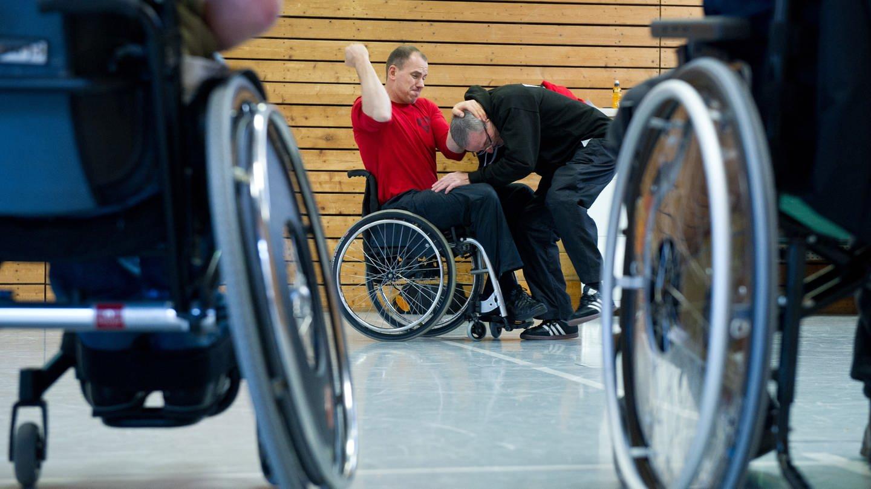 Behinderte im Rollstuhl beim Kampfsport