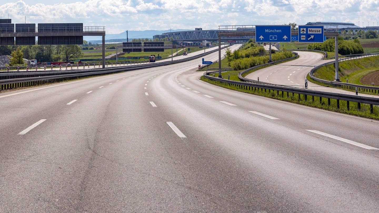 Autobahn A8 bei Stuttgart in Zeiten von Corona. Es sind nur wenige Fahrzeuge unterwegs. (Foto: Imago, imago images / Arnulf Hettrich)