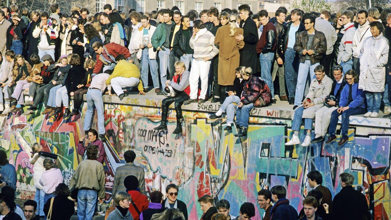 Menschen an und auf der Berliner Mauer (Foto: Imago, imagebroker)