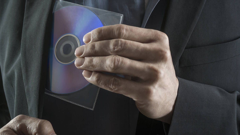 Sujetbild: Mann stiehlt Compact-Disc.