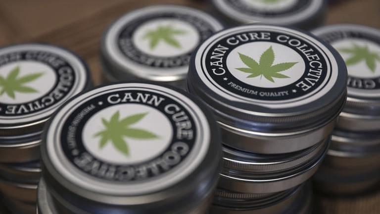 Dosen mit Cannabis der Firma Can Cure Collective
