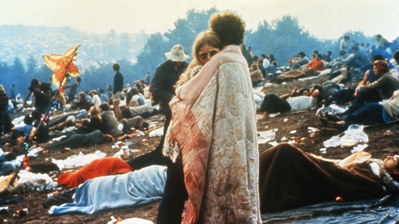 Ein Paar beim Woodstock Festival (Foto: picture-alliance / Reportdienste, United Archives/TBM)