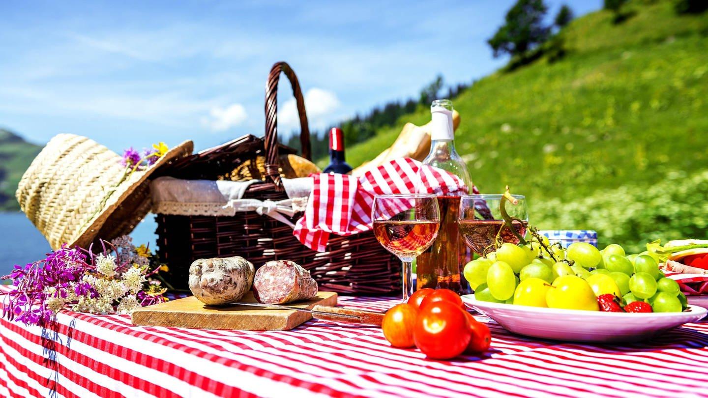 Gedeckter Tisch mit Picknickkorb in Seelandschaft (Foto: Imago, Foto: Panthermedia)