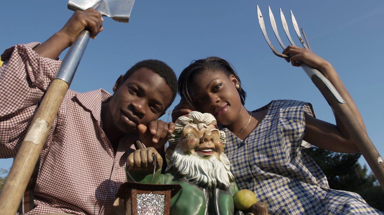Ein junges Paar aus Afrika stammend in einem typisch deutschen Schrebergarten. (Foto: picture-alliance / Reportdienste, Lutz P. Kayser)