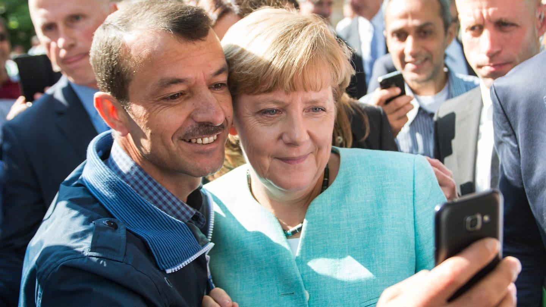 Angela Merkel lässt sich für ein Selfie mit einem Flüchtling fotografieren (Foto: dpa Bildfunk, dpa / Bernd von Jutrczenka)