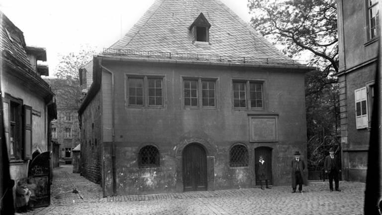 Synagoge, rechts Haus zur Sonne und hinten links Altersheim, aufgenommen um 1920, Fotograf Christian Herbst (der Herr in der Mitte ist der jüdische Lehrer Samson Rothschild)