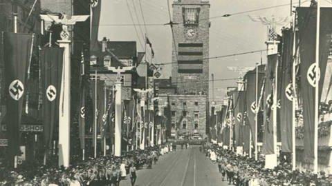 Foto vom Hitler-Besuch in Stuttgart am 1. April 1938: Flaggen in der Königsstraße mit dem Hauptbahnhof im Hintergrund