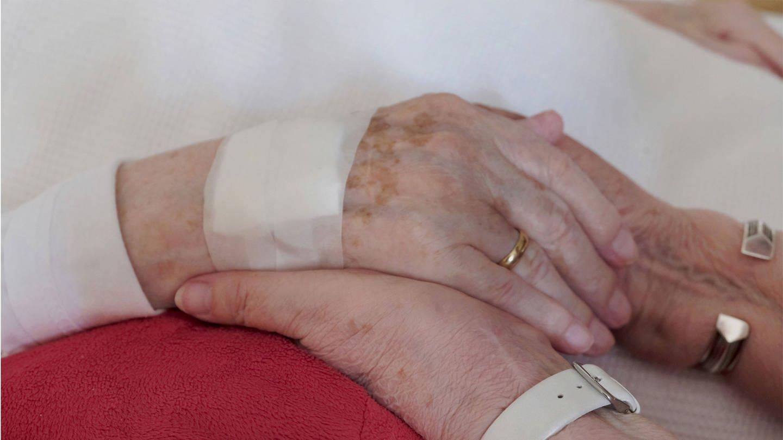Hände, die sich halten. Symbolbild zum Thema Sterbehilfe (Foto: Imago, imago images / Martin Wagner)