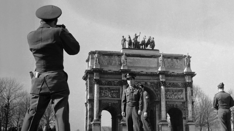 US-Amerikanische Touristen in Paris vor dem Arc de Triomphe du Carrousel, aufgenommen im Maerz 1948