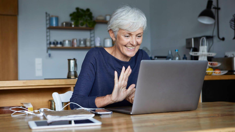Seniorin beim Videoanruf mit ihrem Laptop (Foto: Imago, Westend61)