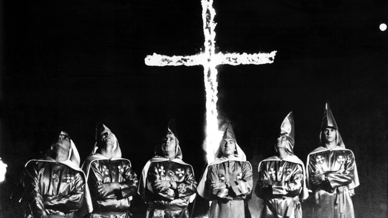 Sechs nicht identifizierte Mitglieder des Ku Klux Klan vor dem traditionellen brennenden Kreuz bei einer Kundgebung (Foto: picture-alliance / Reportdienste, picture alliance / Everett Collection   CSU Archives/Everett Collection)