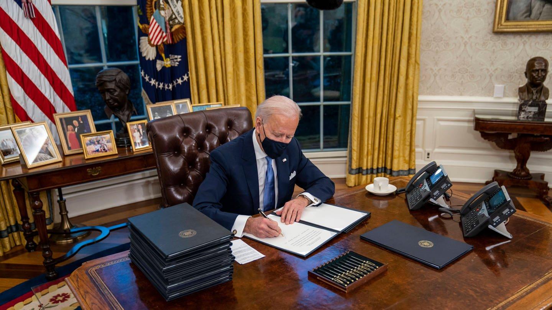 Präsident Biden unterzeichnet Anordnungen im Oval Office nach seiner Vereidigung zum US-Präsidenten am 20. Januar 2021 (Foto: Imago, imago images/ZUMA Wire)
