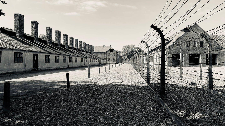 Stacheldrahtzaun und Baracken im Konzentrationslager Auschwitz - KZ Auschwitz I (Stammlager).