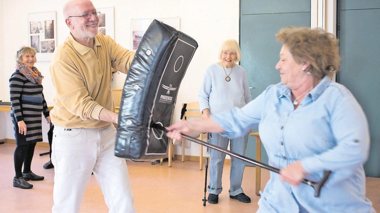 Senioren beim Selbstverteidigungskurs (Foto: Jan Fitzner / Fotografin: Carolin Albers (nur für SWR2 Leben verwenden))