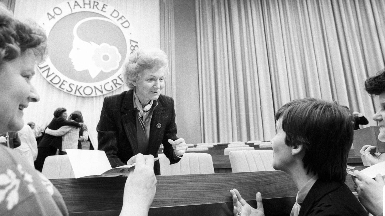 Margot Honecker (Mitte, Deutsche Demokratische Republik/SED/Ministerin für Volksbildung) anlässlich des XII. Bundeskongresses des Demokratischen Frauenbundes Deutschlands in Berlin Ost
