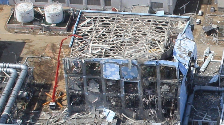 Blick auf einen schwer beschädigten Reaktor des havarierten Atomkraftwerks Fukushima (Foto: picture-alliance / Reportdienste, EPA/AIR PHOTO SERVICE / HO EDITORIAL USE ONLY   dpa)