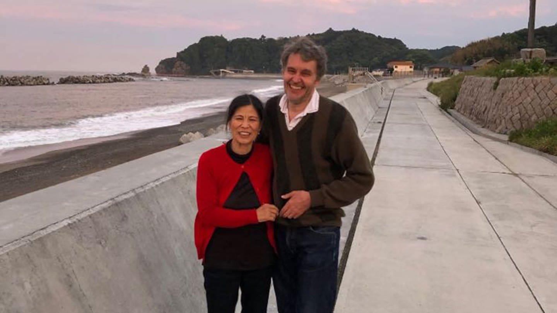 Am Strand von Yotsukura, Jürgen und Mariko Oberbäumer (Foto: Privat)